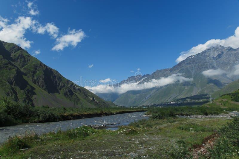 Verano hermoso Kazbegi del paisaje de la naturaleza de la montaña de Georgia fotografía de archivo