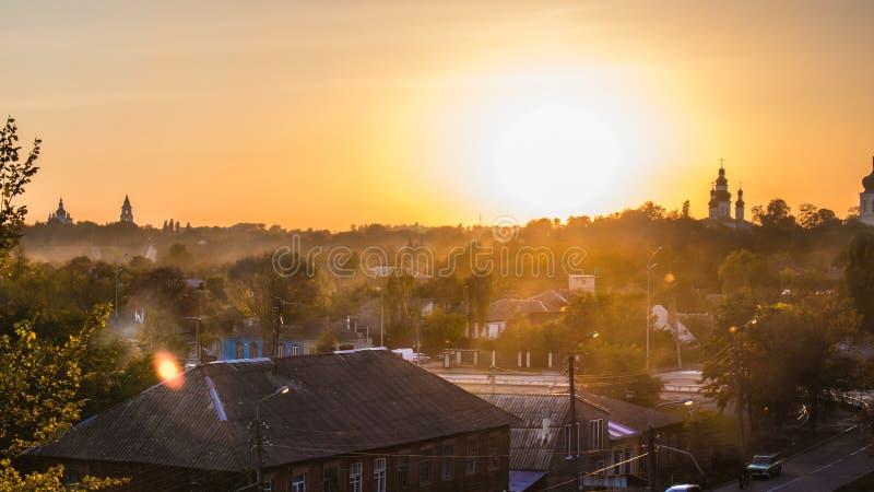 Verano o parque temprano del oto?o en la puesta del sol imagenes de archivo