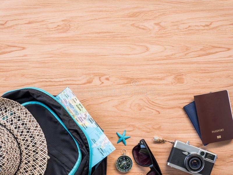 Verano plano del viaje de la endecha en fondo de madera fotografía de archivo libre de regalías