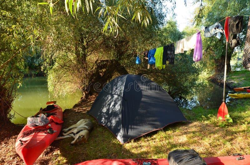 Verano que acampa en riverbank imagenes de archivo