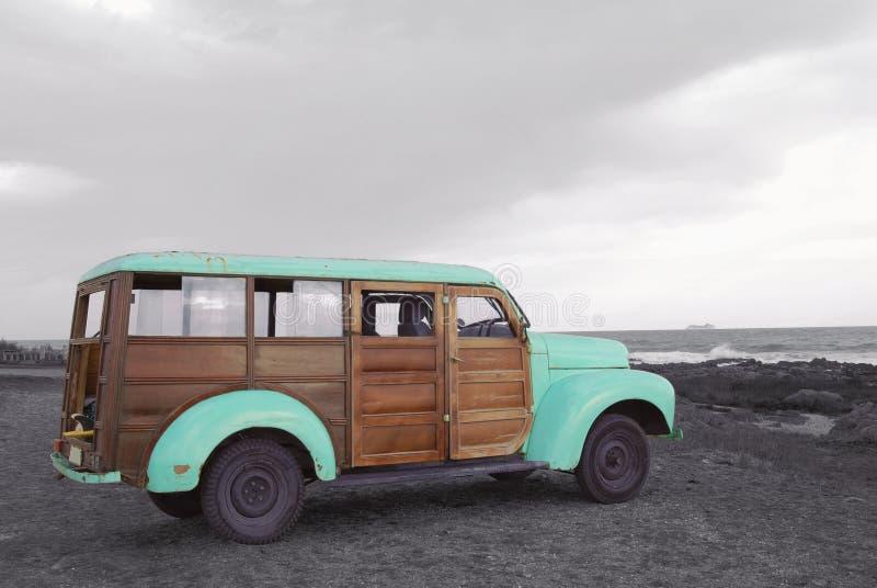 Verano que practica surf a adventure vintage van beach fotografía de archivo libre de regalías