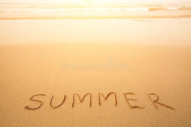 Verano - texto escrito a mano en arena en una playa