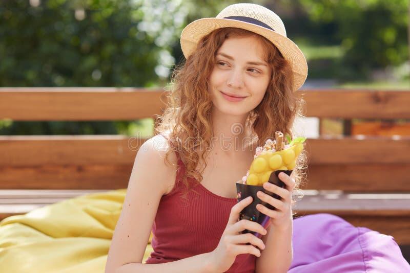 Verano y concepto de la gente Mujer joven o adolescente que lleva la ropa casual, helado del holdinmg en las manos, mirando miste imágenes de archivo libres de regalías