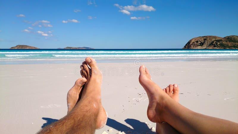 Verano y concepto de la playa - junte la mentira en la playa imagen de archivo