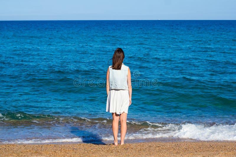 Verano y concepto del viaje - opinión trasera la mujer en la playa foto de archivo libre de regalías
