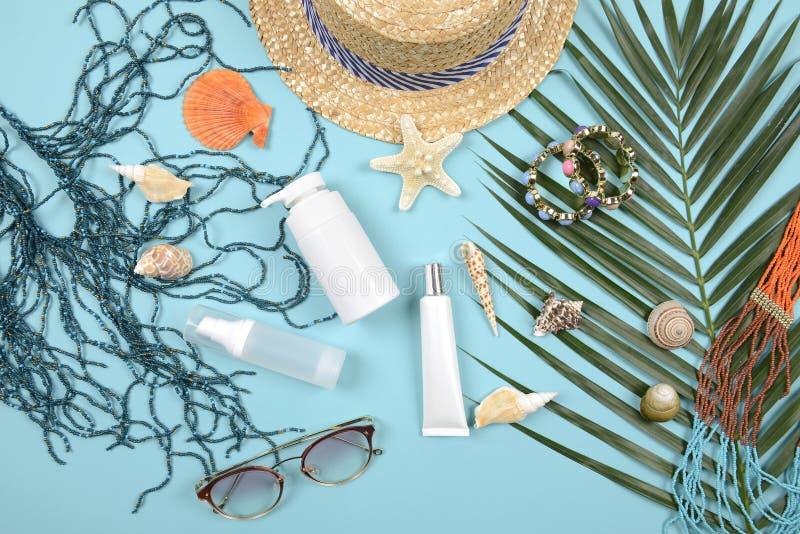 Verano y protección solar, producto de los cosméticos de la belleza para el cuidado de piel y accesorios de las mujeres en el con foto de archivo libre de regalías