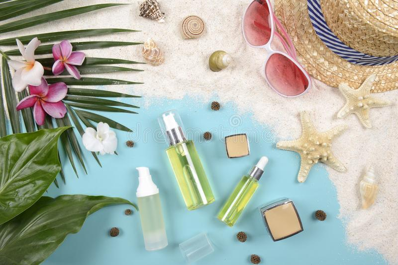Verano y protección solar, producto de los cosméticos de la belleza para el cuidado de piel y accesorios de las mujeres en el con imagenes de archivo