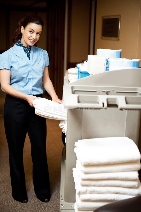 Verantwoordelijk huishouden terugtrekt de badhanddoek royalty-vrije stock afbeeldingen