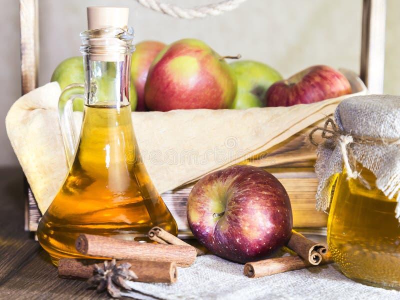 Verarbeitung einer landwirtschaftlichen Kultur der roten und grünen Äpfel Haupteinmachen, vegetarische Nahrung der gesunden Diät  stockfotografie