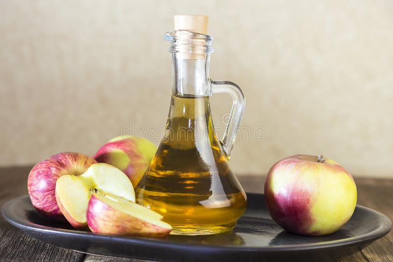 Verarbeitung einer landwirtschaftlichen Kultur der roten und grünen Äpfel Haupteinmachen, vegetarische Nahrung der gesunden Diät  lizenzfreie stockfotos