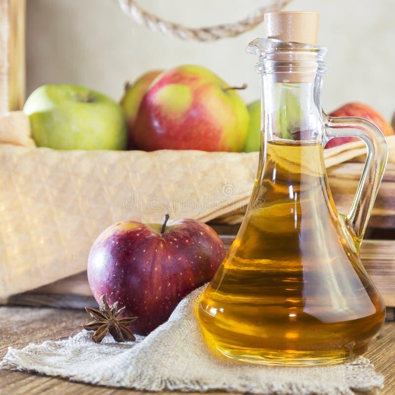 Verarbeitung einer landwirtschaftlichen Kultur der roten und grünen Äpfel Selbst gemachte Vorbereitungen, vegetarische Nahrung de stockfoto