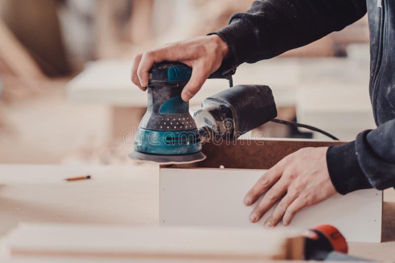 Verarbeitung eines Möbelteils durch eine Maschine für das Polieren eines Baums stockbild