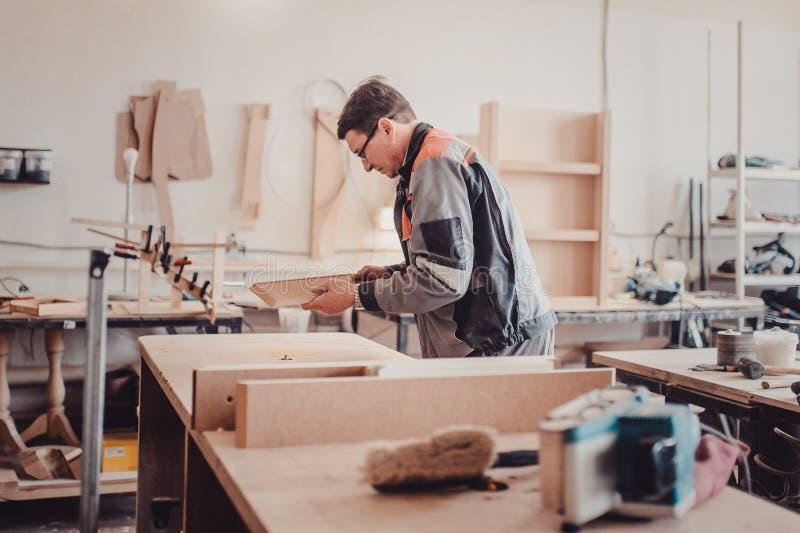 Verarbeitung eines Möbelteils durch eine Maschine für das Polieren eines Baums lizenzfreie stockbilder