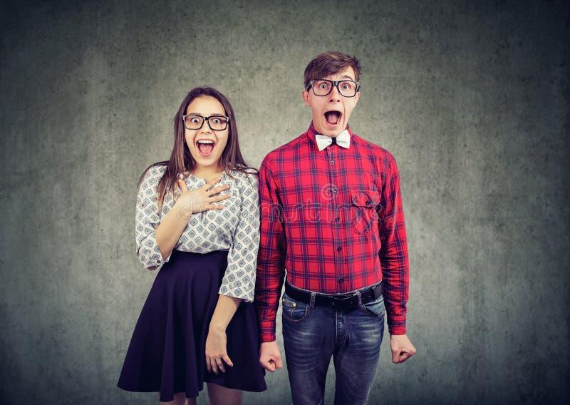 Verbaasd jong paar in grote verrassing stock foto