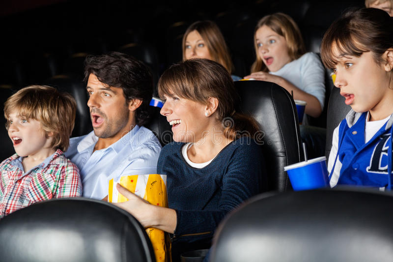 Verbaasde Families die op Film letten royalty-vrije stock afbeeldingen