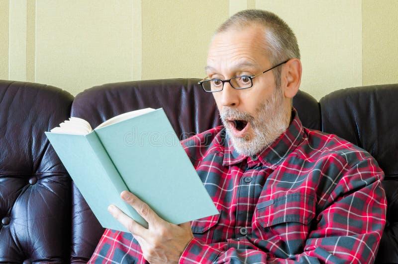Verbaasde Hogere Mens die een Boek lezen royalty-vrije stock fotografie