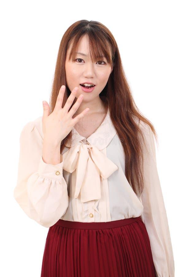 Verbaasde jonge Aziatische vrouw