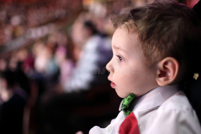 Verbaasde jongen bij circus royalty-vrije stock afbeelding
