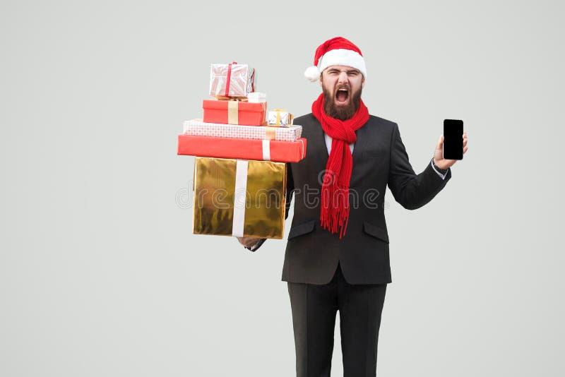 Verbaasde knappe zakenman met baard, zwart kostuum en rode sjaal royalty-vrije stock foto