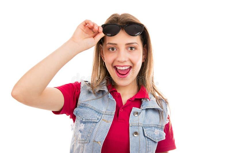 Verbaasde tienervrouw in zonnebril stock afbeeldingen