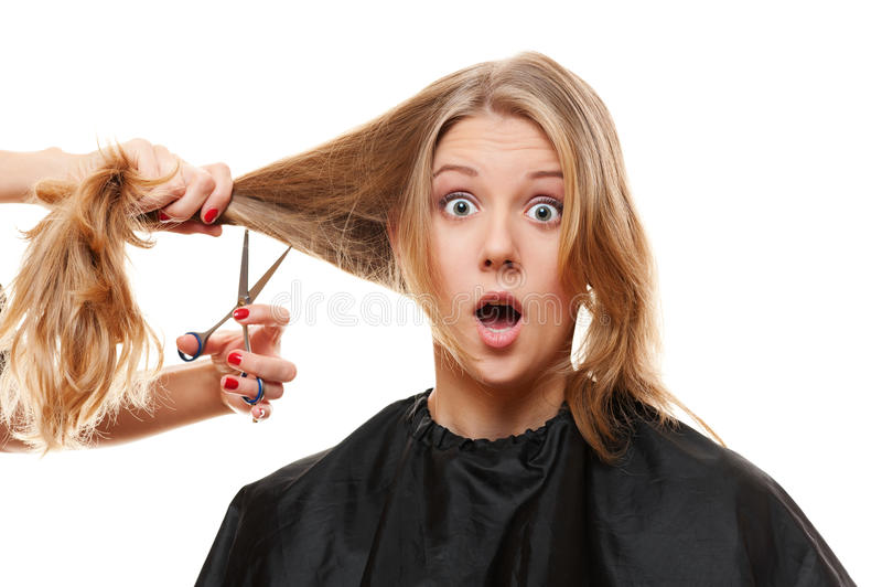 Verbaasde vrouw met lange haar en schaar