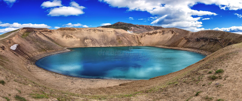Verbazend aardlandschap, Viti-krater smaragdgroen meer in Krafla-caldera, geothermisch vulkanisch gebied, IJsland royalty-vrije stock afbeelding