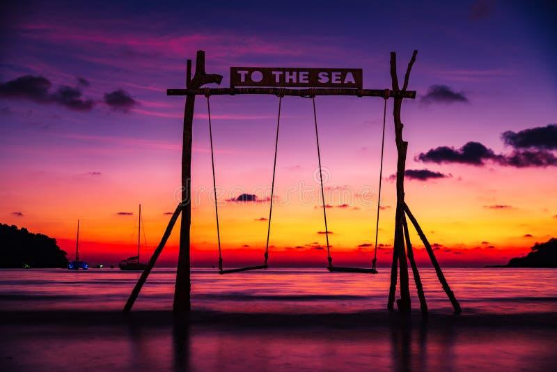 Verbazend aardlandschap: zonsondergang over het tropische strand stock fotografie