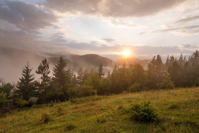 Verbazend berglandschap met kleurrijke levendige zonsondergang royalty-vrije stock afbeeldingen