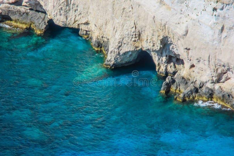Verbazend blauw water en witte rotsen bij de kaap van Keri, Zakynthos, Griekenland stock fotografie