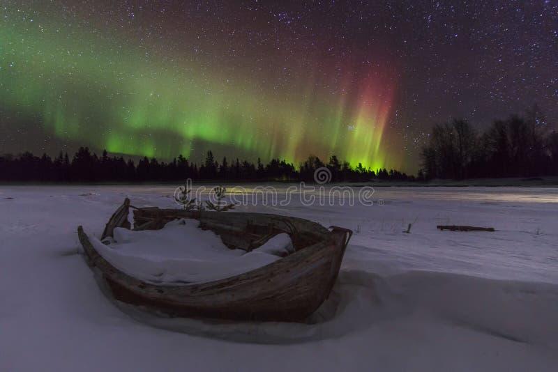 Verbazend de winterlandschap met noordelijke lichten stock foto's