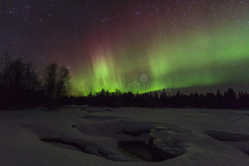 Verbazend de winterlandschap met noordelijke lichten stock foto