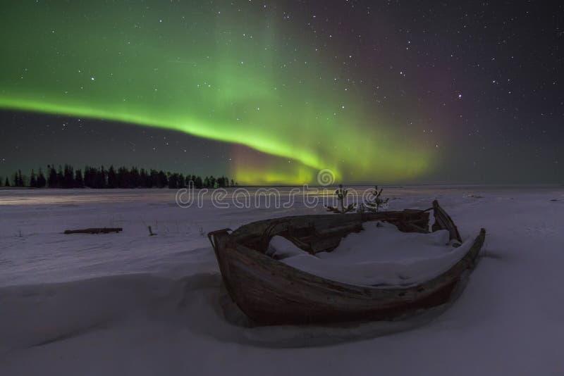 Verbazend de winterlandschap met noordelijke lichten royalty-vrije stock fotografie