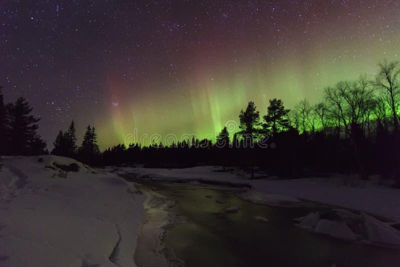 Verbazend de winterlandschap met noordelijke lichten royalty-vrije stock foto