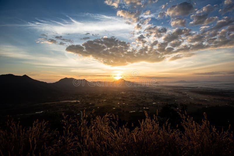 Verbazend de zomer mistig landschap De mooie dramatische achtergrond van het de hemellandschap van de pastelkleuraard op het conc stock afbeeldingen