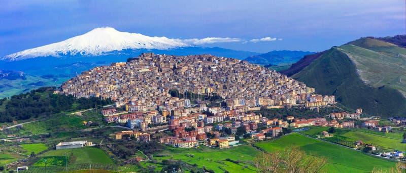 Verbazend dorp Gangi met de vulkaan van Etna erachter in Sicilië, Italië stock afbeeldingen