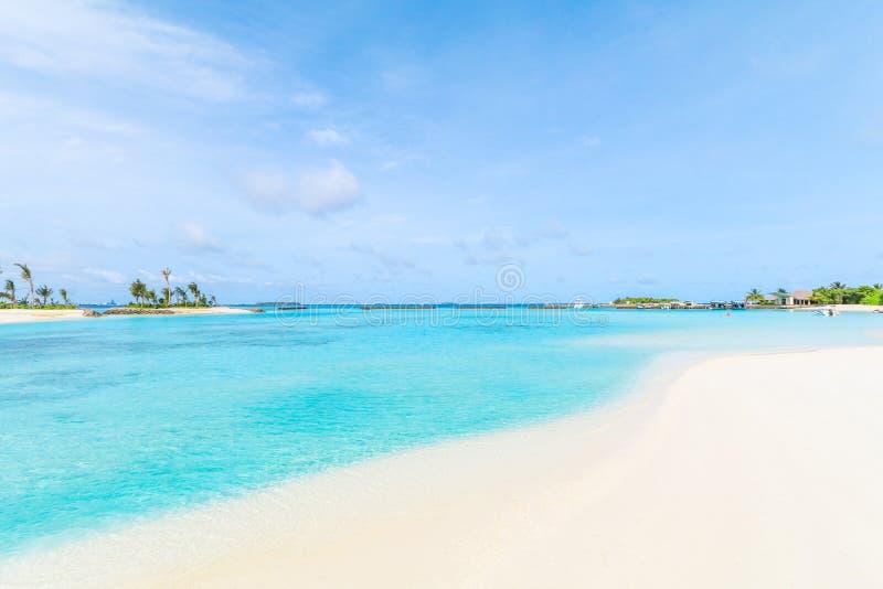 Verbazend eiland in de Maldiven, de Mooie turkooise wateren en het witte zandige strand met blauwe hemelachtergrond royalty-vrije stock fotografie