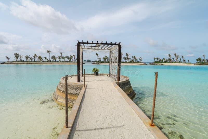 Verbazend eiland in de Maldiven, de Mooie turkooise wateren en het witte zandige strand met blauwe hemelachtergrond voor vakantie royalty-vrije stock foto