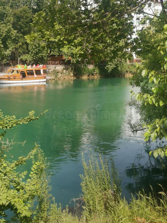 Verbazend Emerald Green River stock foto