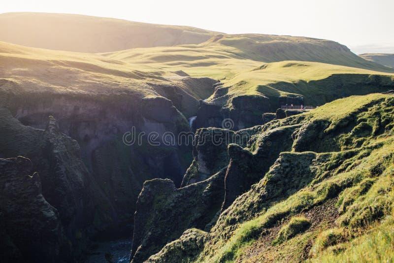 Verbazend episch Ijslands valleilandschap op zonsondergang stock afbeelding