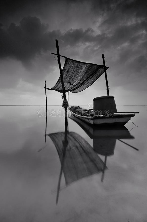 Verbazend fijn kunst Zwart-wit landschap van traditionele vissersboot in Tumpat Maleisië  royalty-vrije stock afbeelding