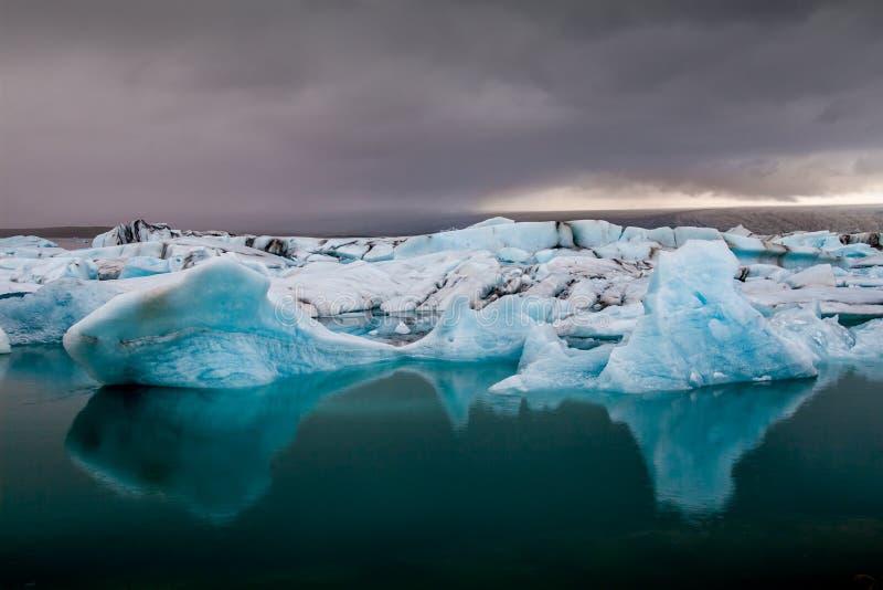 Verbazend ijzig het meerhoogtepunt van Jokulsarlon van het drijven en het smelten I stock afbeeldingen