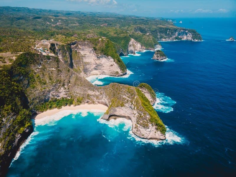 Verbazend Kelingking-strand op het Eiland van Nusa Penida Luchthommelmening royalty-vrije stock foto's