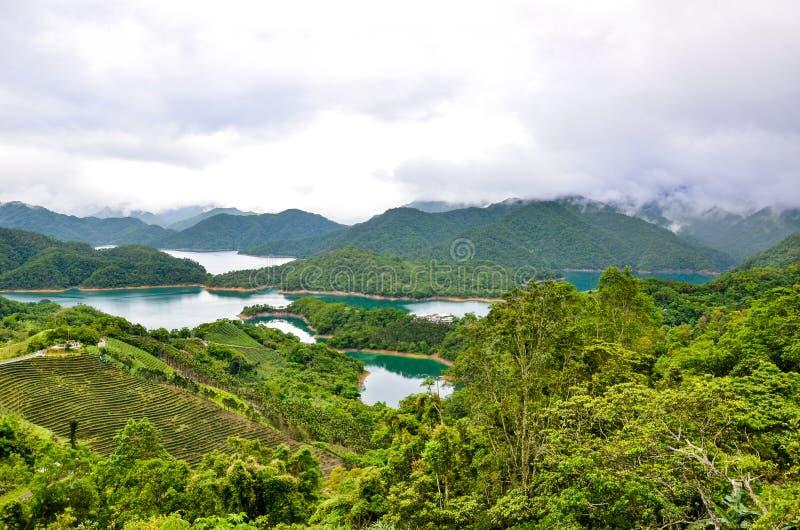 Verbazend landschap door Duizend Eilandmeer en Pinglin-Theeaanplanting dicht bij Taipeh, Taiwan Taiwanees landschap chinees stock afbeeldingen