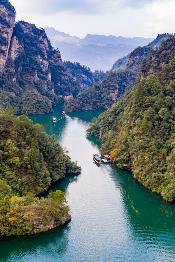 Verbazend landschap van het meer en de berg van BaoFeng in ZhangJiaJie royalty-vrije stock fotografie