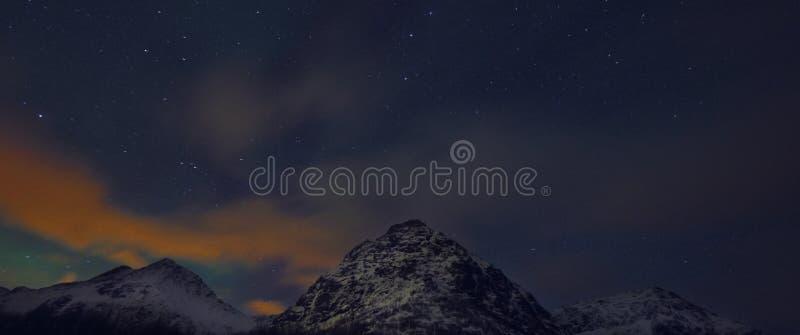 Verbazend multicolored Aurora Borealis ken ook als Noordelijke Lichten in de nachthemel over Lofoten-landschap, Noorwegen, Scandi stock foto's