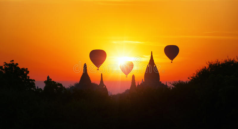 Verbazend Myanmar zonsondergangpanorama met tempels en luchtballons royalty-vrije stock afbeelding
