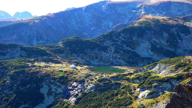 Verbazend Panorama van Groene heuvels, Rila-meren en Rila-klooster, Bulgarije royalty-vrije stock afbeelding