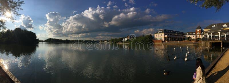 Verbazend panorama van het meer stock foto's