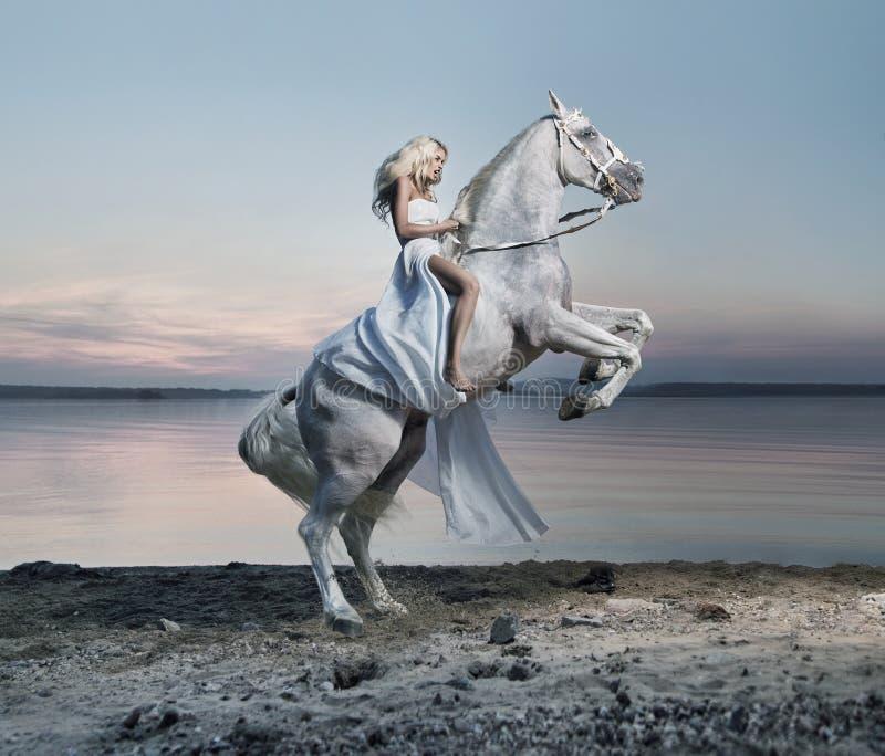 Verbazend portret van blonde vrouw op het paard royalty-vrije stock foto