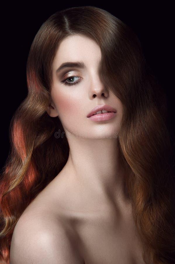 Verbazend portret van een meisje Kapsel hollywood golven Weg het kijken stock afbeeldingen